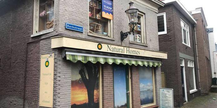 De voormalige speelgoed- en natuurwinkel van Josef B. en Gerrit Jan van D. in Zwartsluis, waar de politie ook een inval deed.