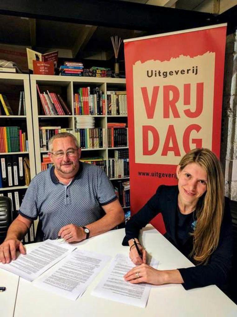 Schepen Els Ampe tekent bij Uitgeverij Vrijdag.