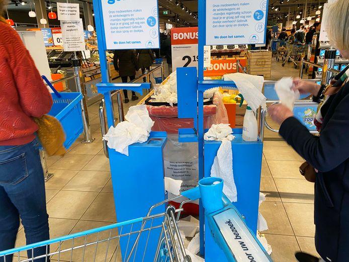 Desinfecteren bij de AH XL in Tilburg.