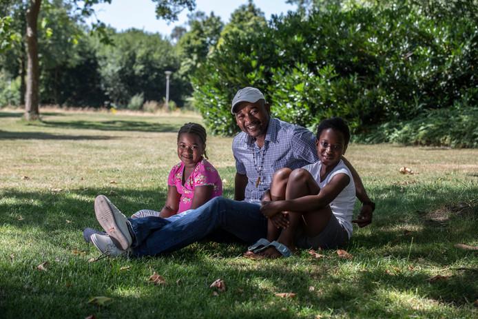 Abdulai Badini met zijn kinderen in een Eindhovens parkje bij de Vivaldilaan.