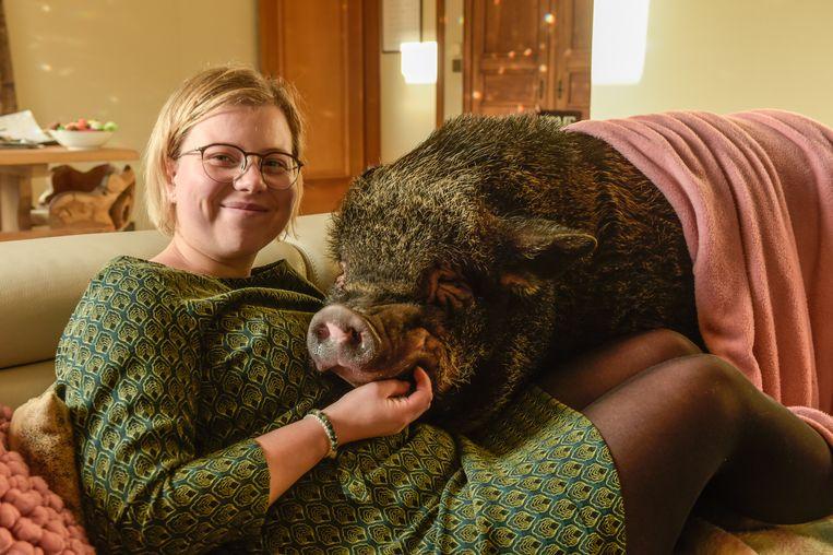 Silke Muysewinkel met Bacon in de zetel.