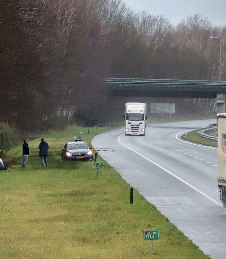 Busje belandt in greppel naast A1 tussen Oldenzaal en De Lutte