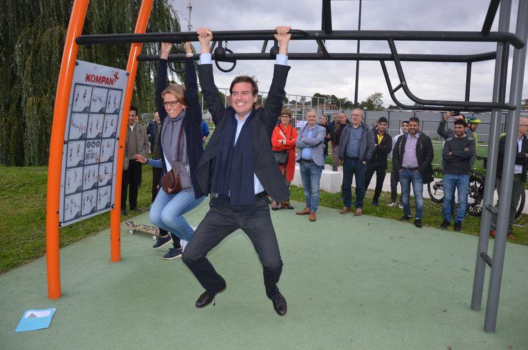 Burgemeester De Clercq en schepen Bracke geven het beste van zichzelf op de outdoor fitnesstoestellen