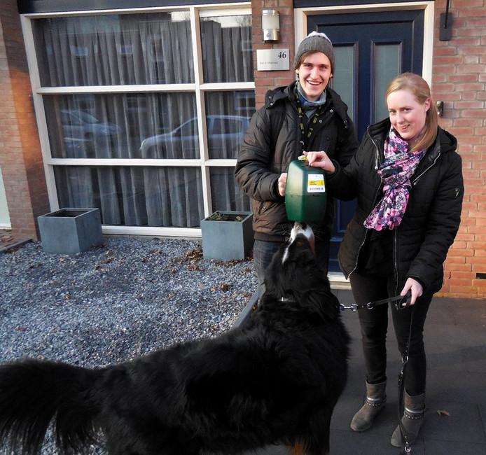 Student Domynikas uit Litouwen collecteert in de Randwijkstraat.