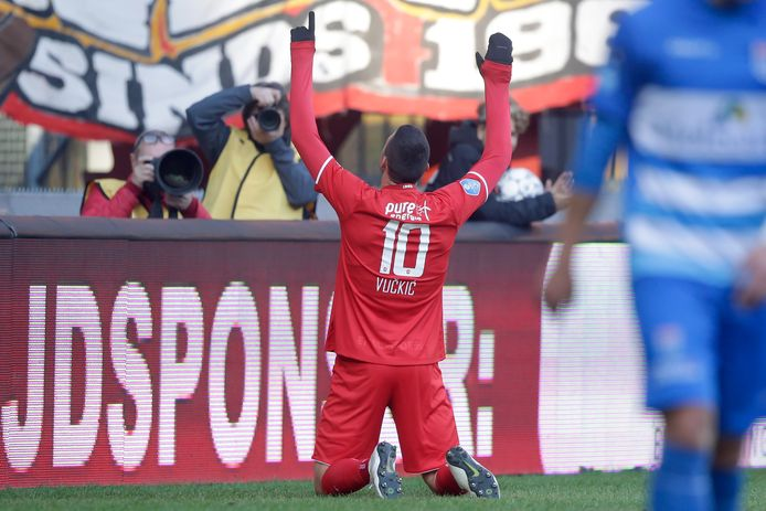 Haris Vuckic viert zijn goal tegen PEC Zwolle met het publiek.
