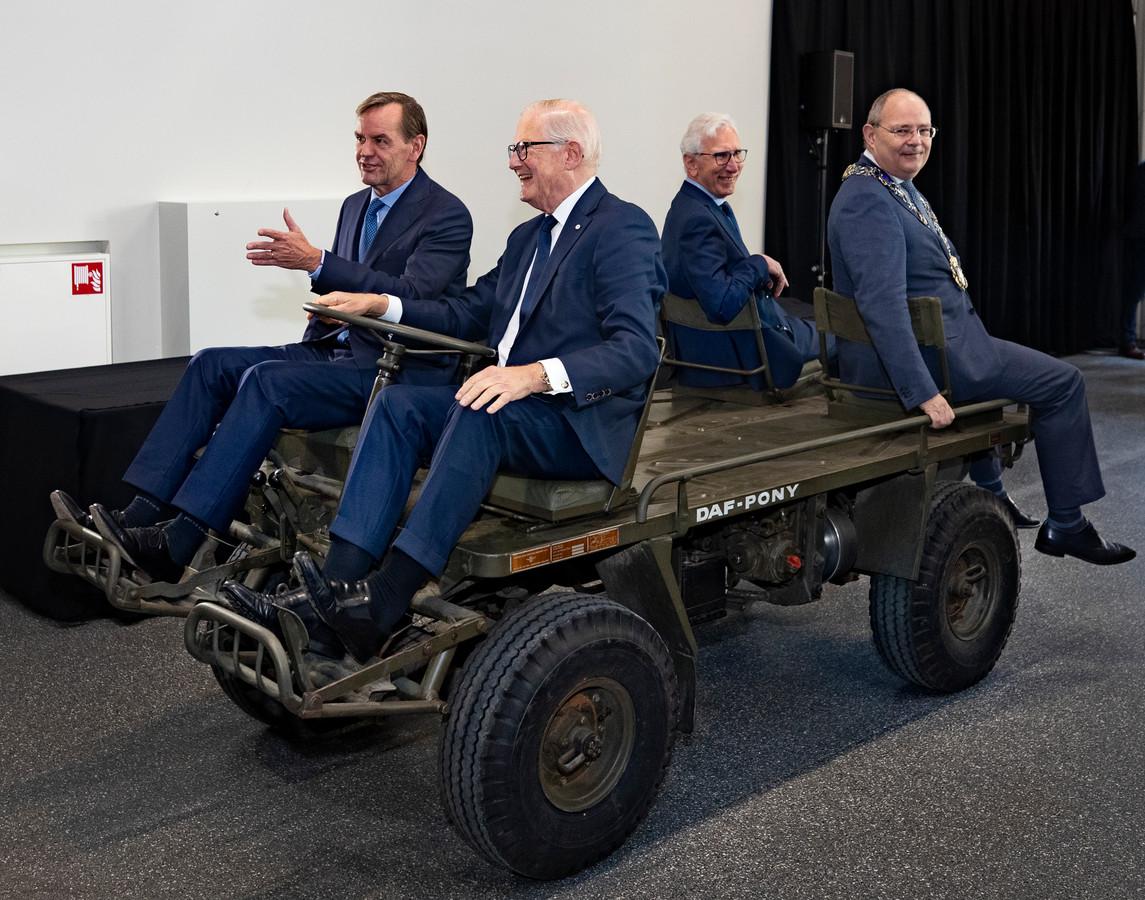 Pieter van Vollenhoven, hier achter het stuur van een DAF Pony, verrichtte de opening van het vernieuwde DAF Museum in Eindhoven