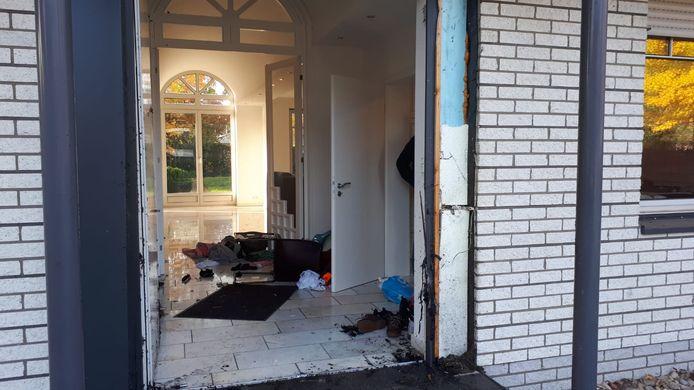 De voordeur van de woning is eruit geblazen
