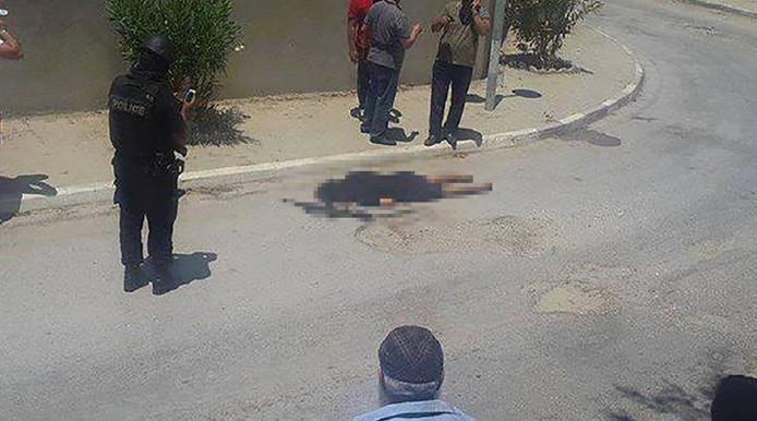 Beeld van de situatie in Sousse, Tunesië waar eerder vandaag een terroristische aanslag was. Het is nog niet bekend wie de persoon op de foto precies is. Het zou om een van de schutters kunnen gaan.