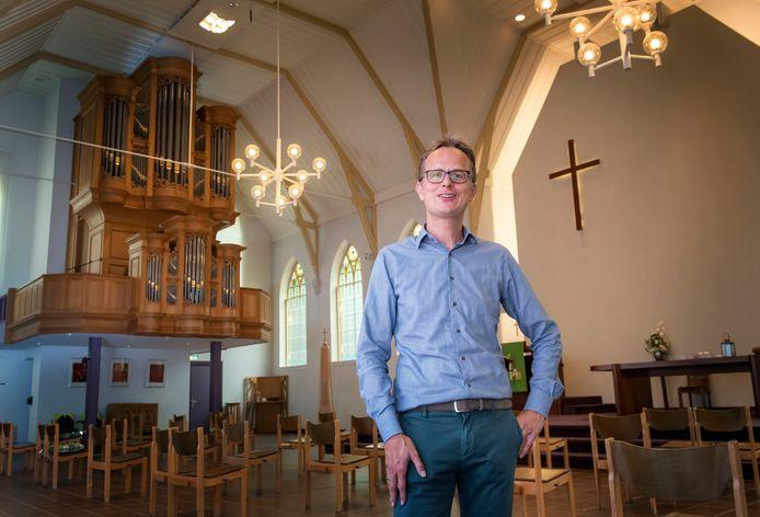 """Dominee Jan Willem Leurgans zal ook tijdens de kerst met een vrijwel lege kerk worden geconfronteerd. ,,Ik mis het fysieke samenzijn, het samen delen van het geloof."""""""