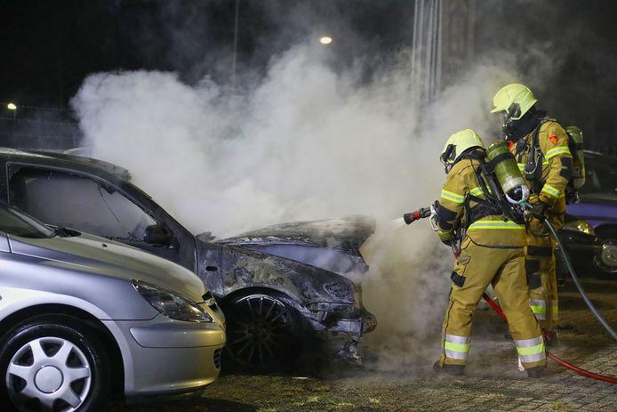 Twee auto's zijn door de brand verwoest.