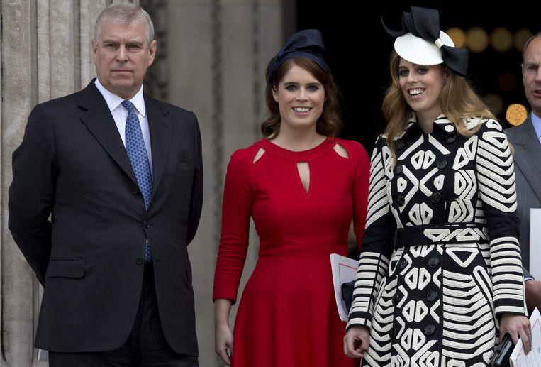 Prins Andrew naast zijn dochters: prinses Eugenie (midden) en prinses Beatrice (rechts)