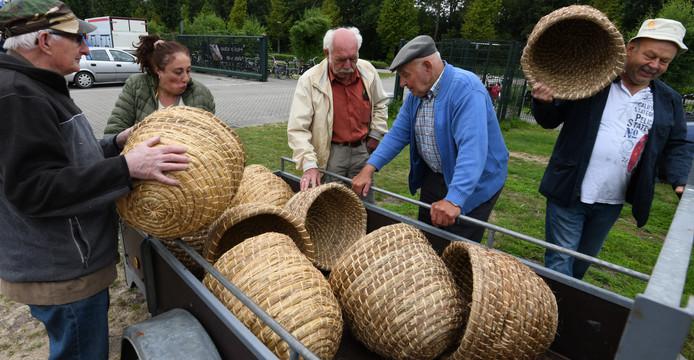 De aanvoer van korven voor de bijenmarkt.