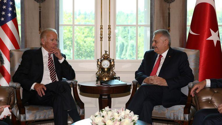 De Amerikaanse vice-president Joe Biden met de Turkse premier Binali Yildirim woensdag in Ankara. Beeld reuters