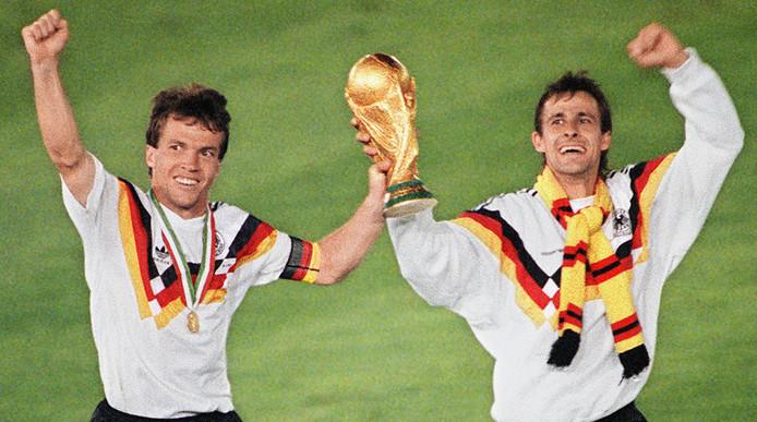 Lothar Matthäus en Andreas Brehme na de zege op Argentinië in de WK-finale in Rome in 1990.