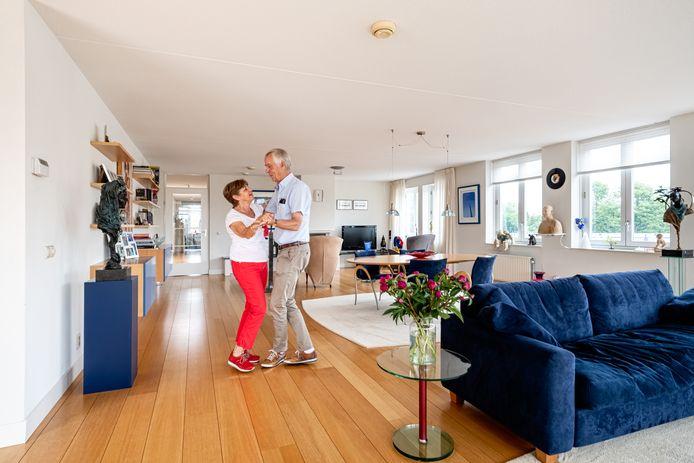 Cees en Rinske Wouda in hun ruimte appartement.