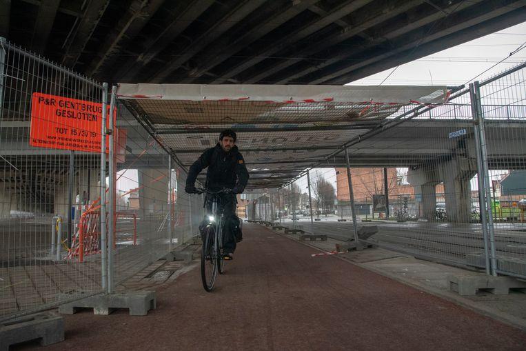 Fietsers en voetgangers die onder het viaduct willen, worden beschermd door een tunnel met zeilen.