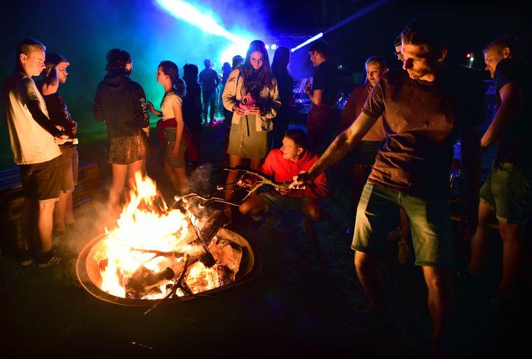 Na de annulering van het echte festival organiseren jongeren een alternatief Zwarte Cross in een weiland. Beeld Marcel van den Bergh