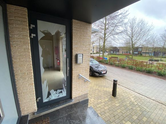 De ontploffing veroorzaakte heel wat schade aan de toegangsdeur van het appartement.