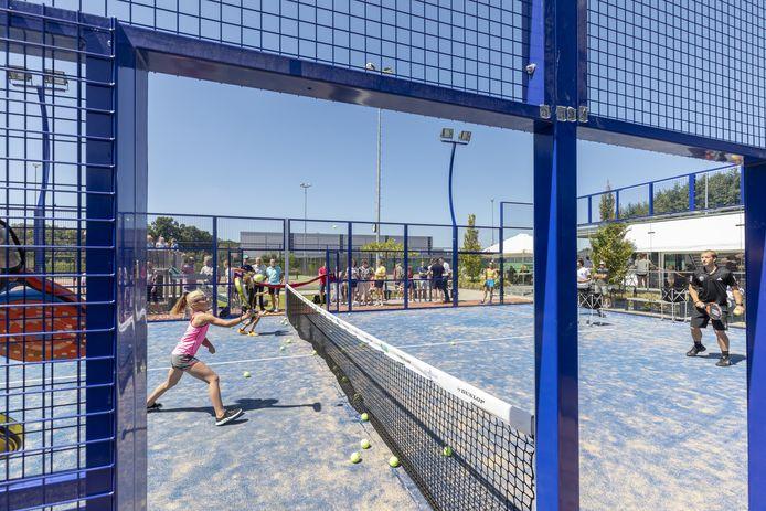 Padel - een combinatie van tennis en squash - is ook bij de jeugd in toenemende mate populair.
