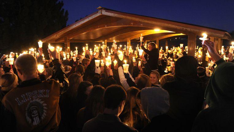 Honderden leerlingen van de Arapahoe High School zijn bijeen voor een wake. Beeld ap