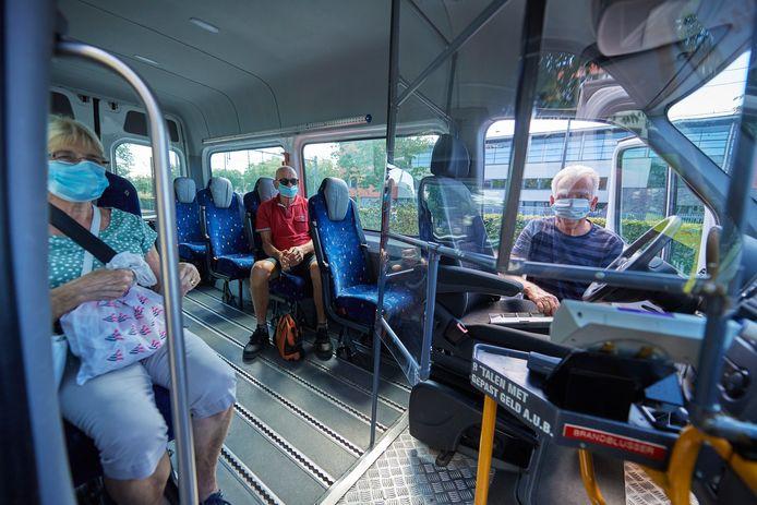 Met mondkapjes en spatscherm is de wijkbus in Oss weer op weg