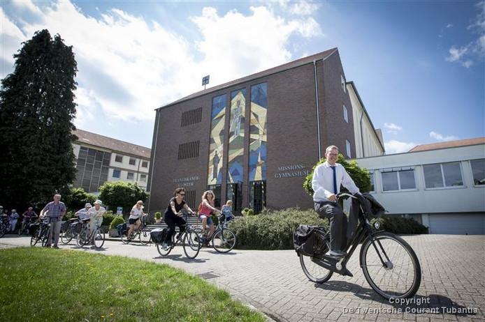 Ook in de maand augustus klimt burgemeester Michael Sijbom weer op zijn fiets om toeristen en inwoners van Losser de mooie plekjes in zijn gemeente te laten zien.