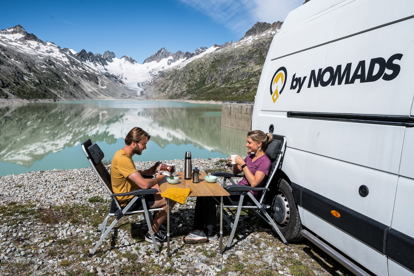 Digital Nomads Kay Holleman en Esther Vos bij hun camper.