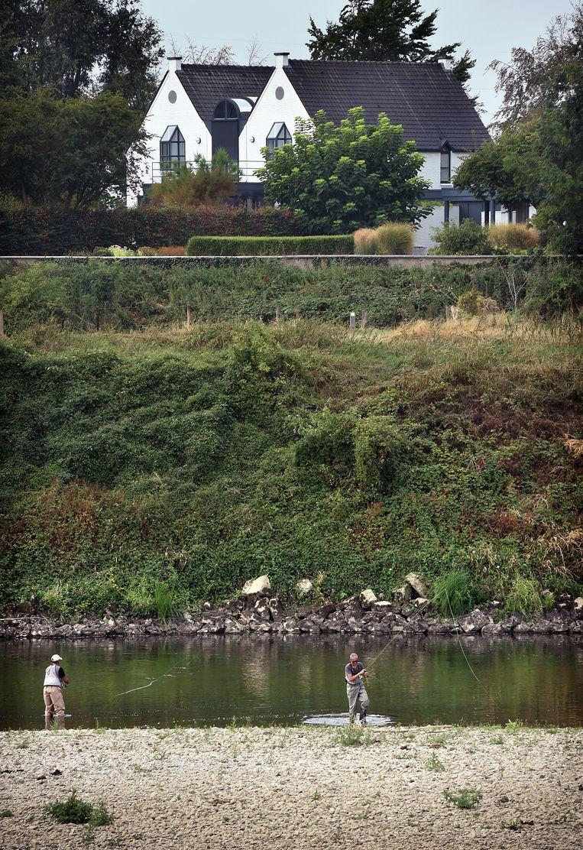 Natuurlijke grens De Maas pal achter de witte villa. Beeld Marcel van den Bergh / de Volkskrant