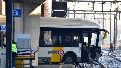 Lijnbus slipt op afzink van brug en belandt boven de treinsporen: geen slachtoffers