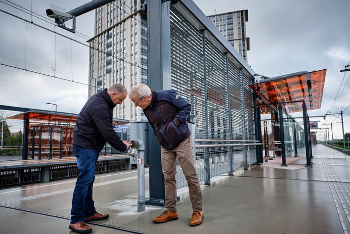 RET-projectleider Eric Lensink (r) en Huib Stehouwer controleren de stations op 'schoonheidsfoutjes'.