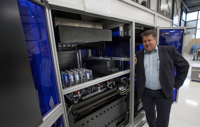 Sioux-directeur Arnoud de Geus bij een machine van Mutracx in aanbouw.
