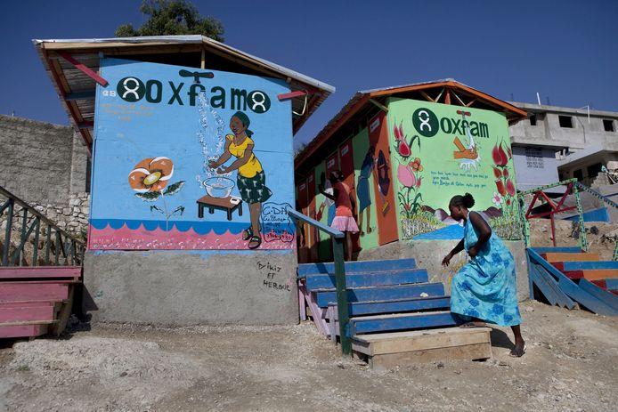 Een van de openbare toiletten die Oxfam bouwde in een tentenkamp in Haïti na de aardbeving  in 2010.