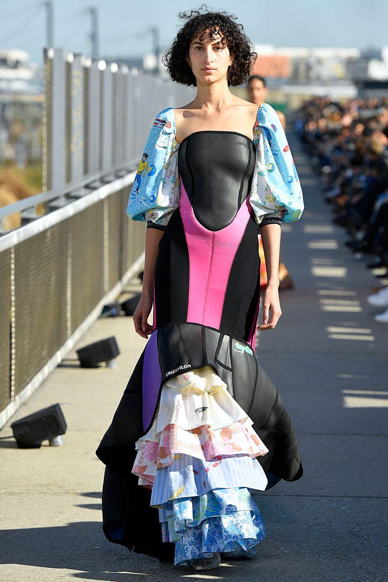 Een model loopt over de catwalk tijdens de Marine Serre Ready to Wear modeshow.. Beeld null
