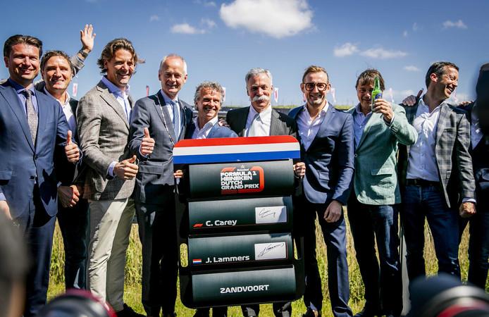 Directeur Jan Lammers en Chase Carey van de Formula One Group (midden) bij de presentatie van de GP. Derde van rechts prins Bernard.