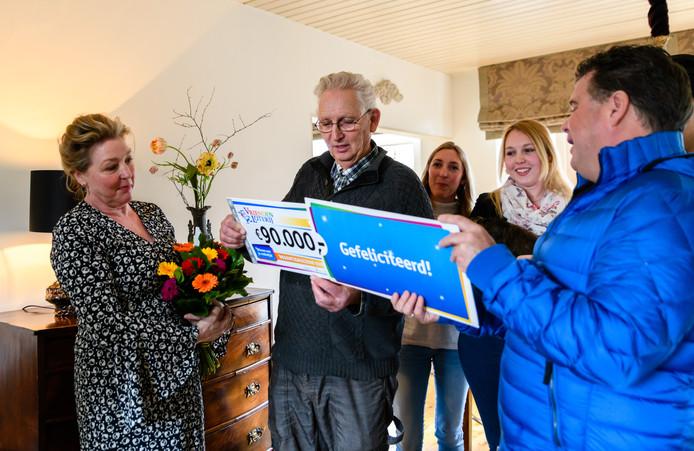 Cora en haar man ontvangen een cheque van 90.000 euro van VriendenLoterij-ambassadeur Wolter Kroes.