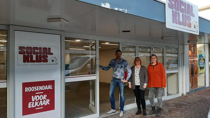 Gijs Bullens samen met medewerkers Marloes en Leonie   twee medewerkers voor de deur van hun nieuwe pand