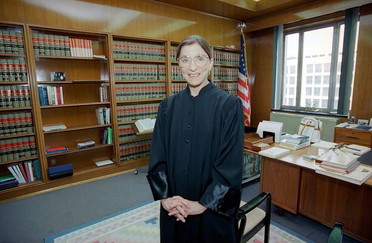 Ruth Bader Ginsburg in 1993 in haar kantoor van U.S. District Court in Washington, kort nadat bekend werd dat ze als tweede vrouw in de geschiedenis was benoemd tot lid van het Supreme Court, het hoogste rechtscollege in de VS.   Beeld AP