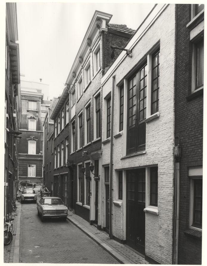 In een van de smalle straatjes: 't Jagertje, rechts naast de Opel, in 1975, gezien naar de Vos in Tuinstraat.