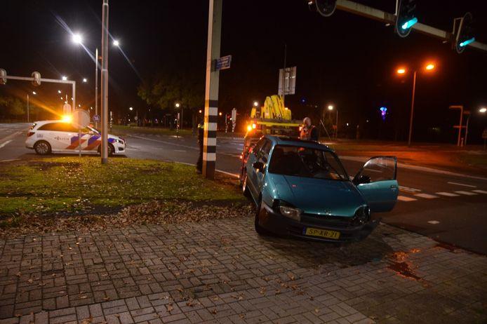 De auto ramde het verkeerslicht voor fietsers