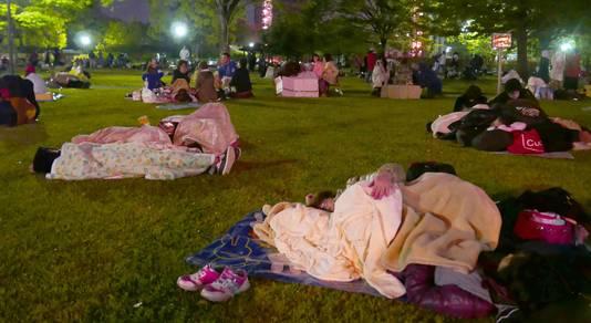 Uit angst voor naschokken slapen mensen in een park