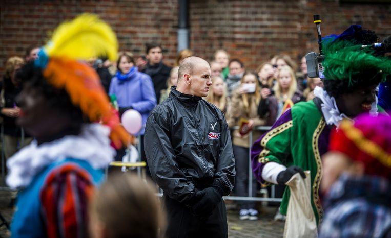 Een beveiliger bij de intocht in Groningen vorig jaar. Beeld anp