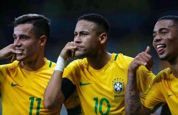 Phone home! De Brazilianen Philippe Coutinho (links), Neymar (midden) en Gabriel Jesus 'bellen naar huis' na doelpunt in het WK-kwalificatieduel met Argentinië.