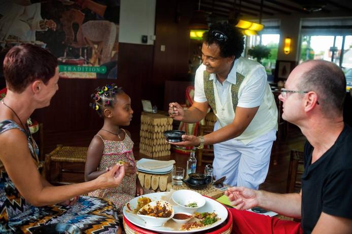 Marc (rechts) en Tien Schellekens uit Breda eten regelmatig met hun dochter Tsedale (6 jaar) in Ethiopische restaurants, omdat Tsedale daar oorspronkelijk vandaan komt. Ze zijn heel blij dat er nu ook een Ethiopisch restaurant in hun eigen woonplaats Breda is. Else Loof/Pix4Profs