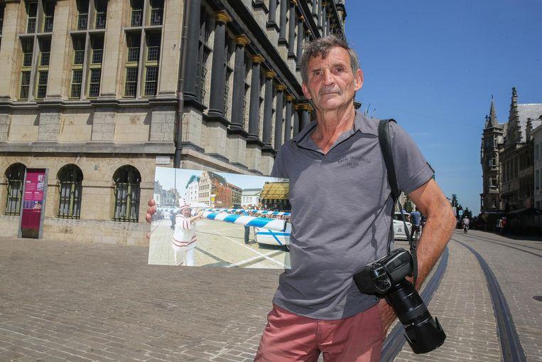 Stadsfotograaf Patrick Henry aan het stadhuis, met een van zijn beelden.