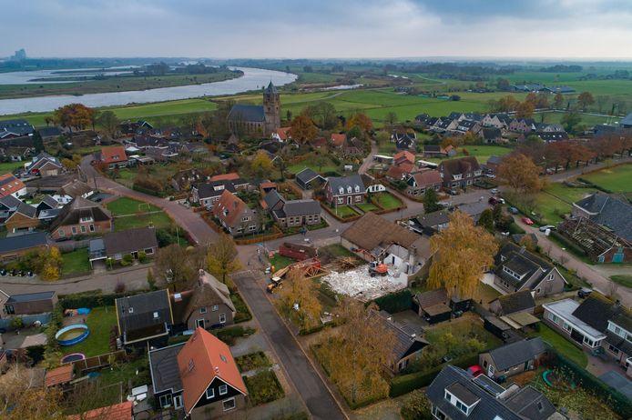 In Zalk, waar we op de foto de sloop van het oude dorpshuis 'De Hoge Brink' zien, is behoefte aan ongeveer 20 nieuwe woningen.