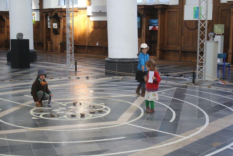 """Tiende editie van """"Kunst in de Steigers"""" in de Leuvense Predikherenkerk brengt expo met als thema """"Labyrint""""."""