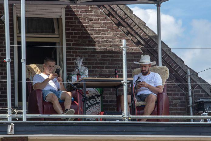 Hein van de Pas en Niek van Rooij op het dak in Vessem.