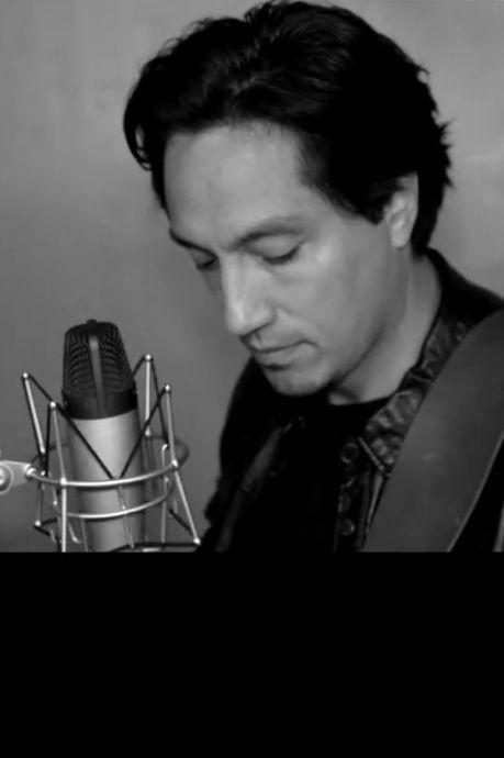 Roger uit Winterswijk zingt zich na Tori Amos nu ook een clip in van Alanis Morissette