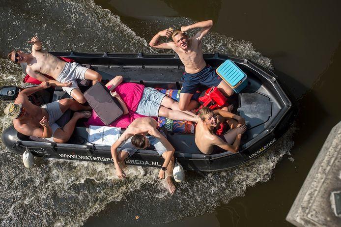 De Bredase singels worden in de verzengende hitte bevaren door bootjes in alle vormen en maten.