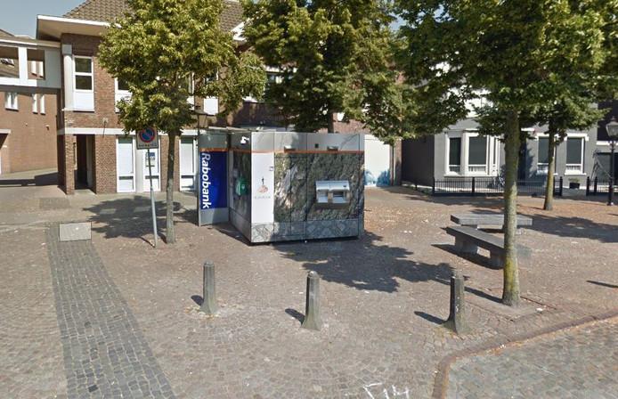 De 'pinbunker' van Moergestel staat aan de Raadhuisstraat, pal voor het pand waar de Rabobank zelf uit is vertrokken.
